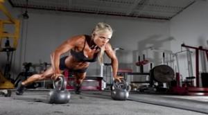 Larissa Reis haciendo sus kettlebell push-ups